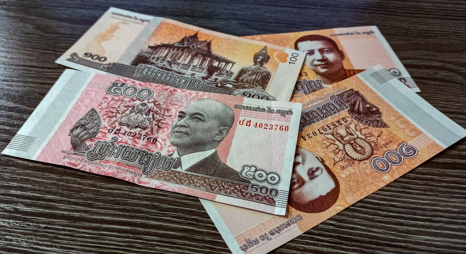 Пиетет к царствующему двору отразился в национальной валюте, именуемой риель. На этих новых банкнотах (серия 2008-2015 г.) изображение нынешнего короля Нородом Сиамони.