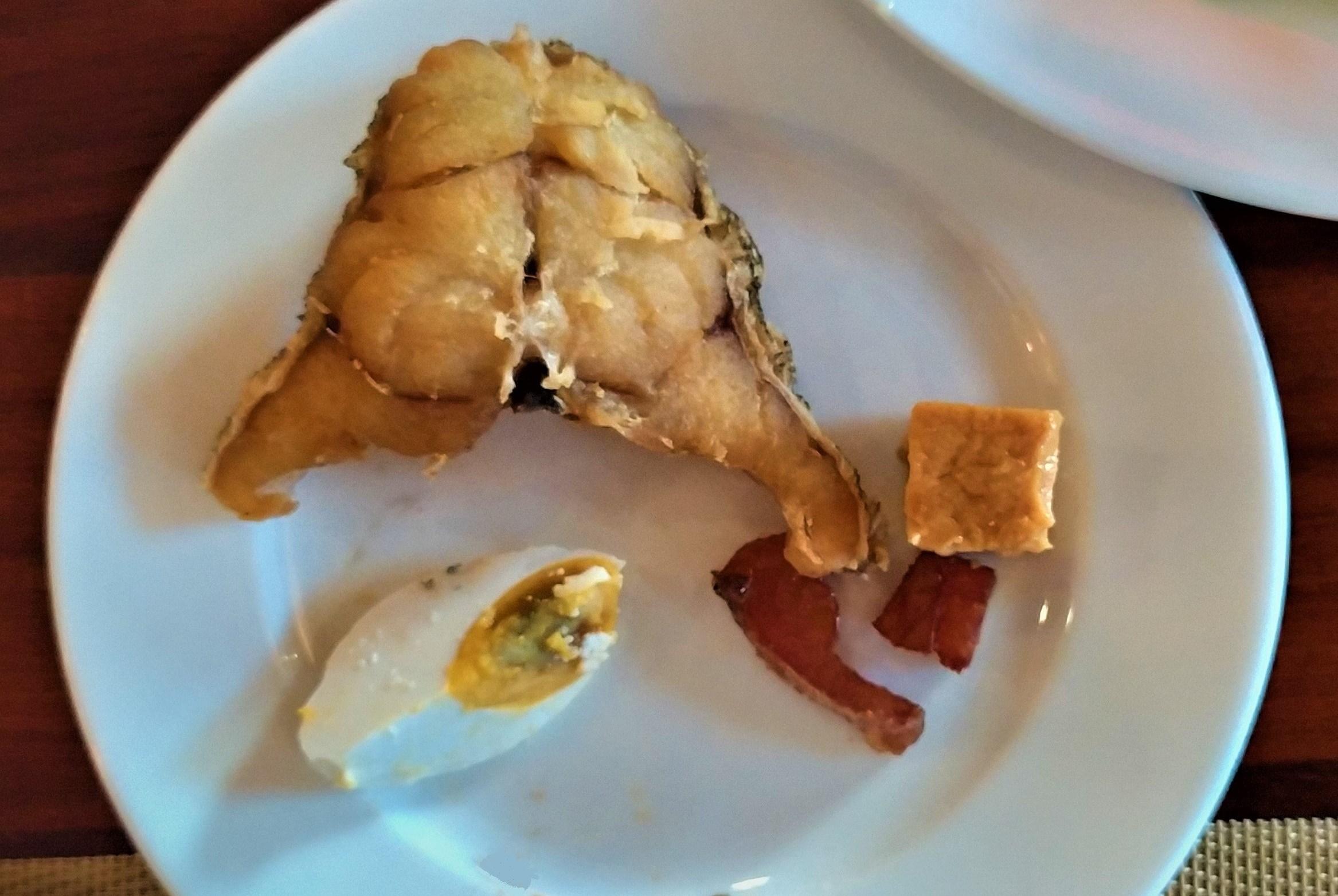 Типа микса из жаренной речушной живности, закопченной рыбки, маринованного «столетнего» китайского яйца и кремообразного тофу.