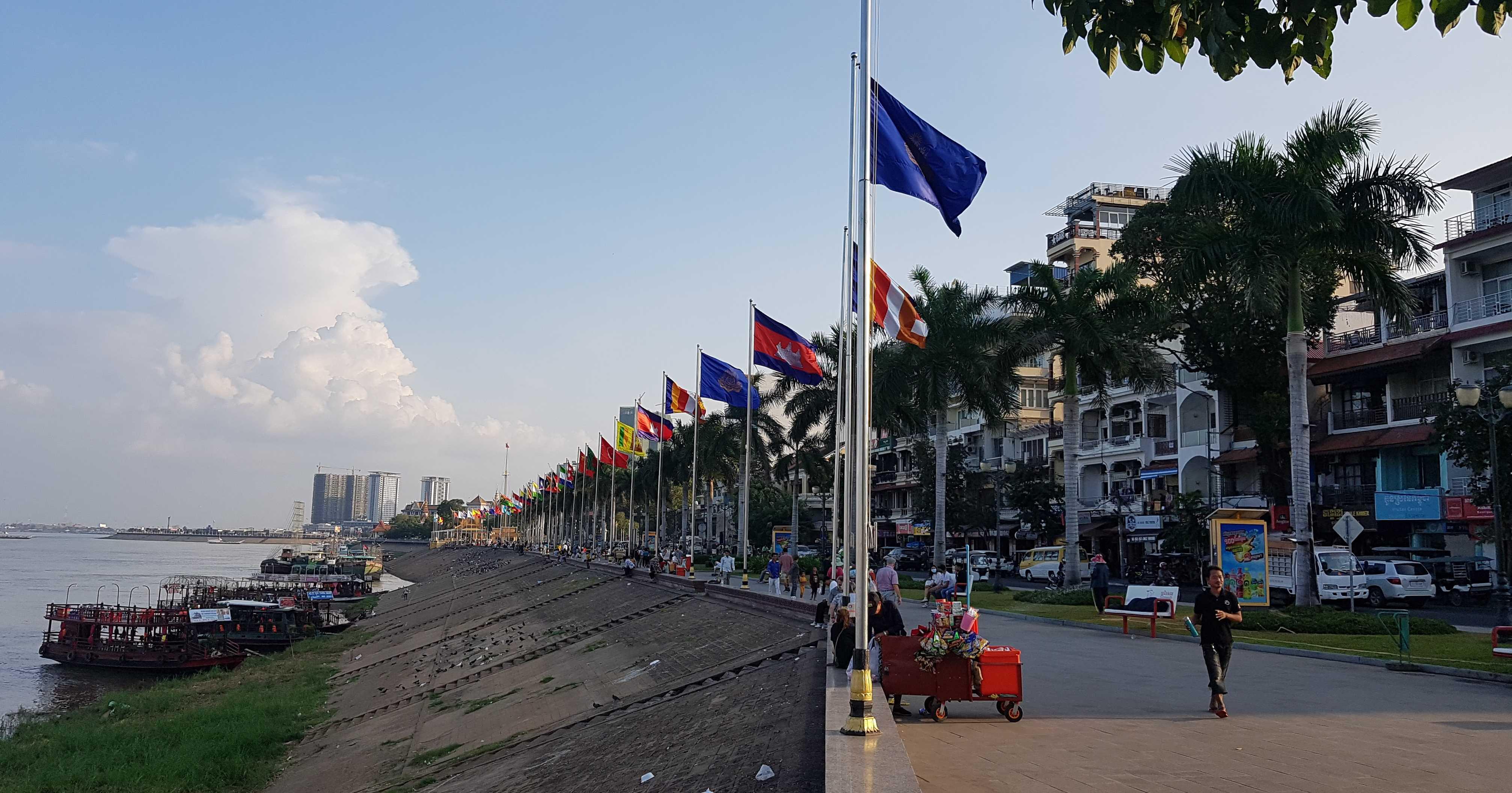 Благодаря мирному строю, в Камбодже стала развиваться экономика, туризм, строительство соцобъектов и жилья. Одно из свидетельств этому – благоустройство променадной зоны вдоль стратегической реки Меконг, протекающей через Пномпень…