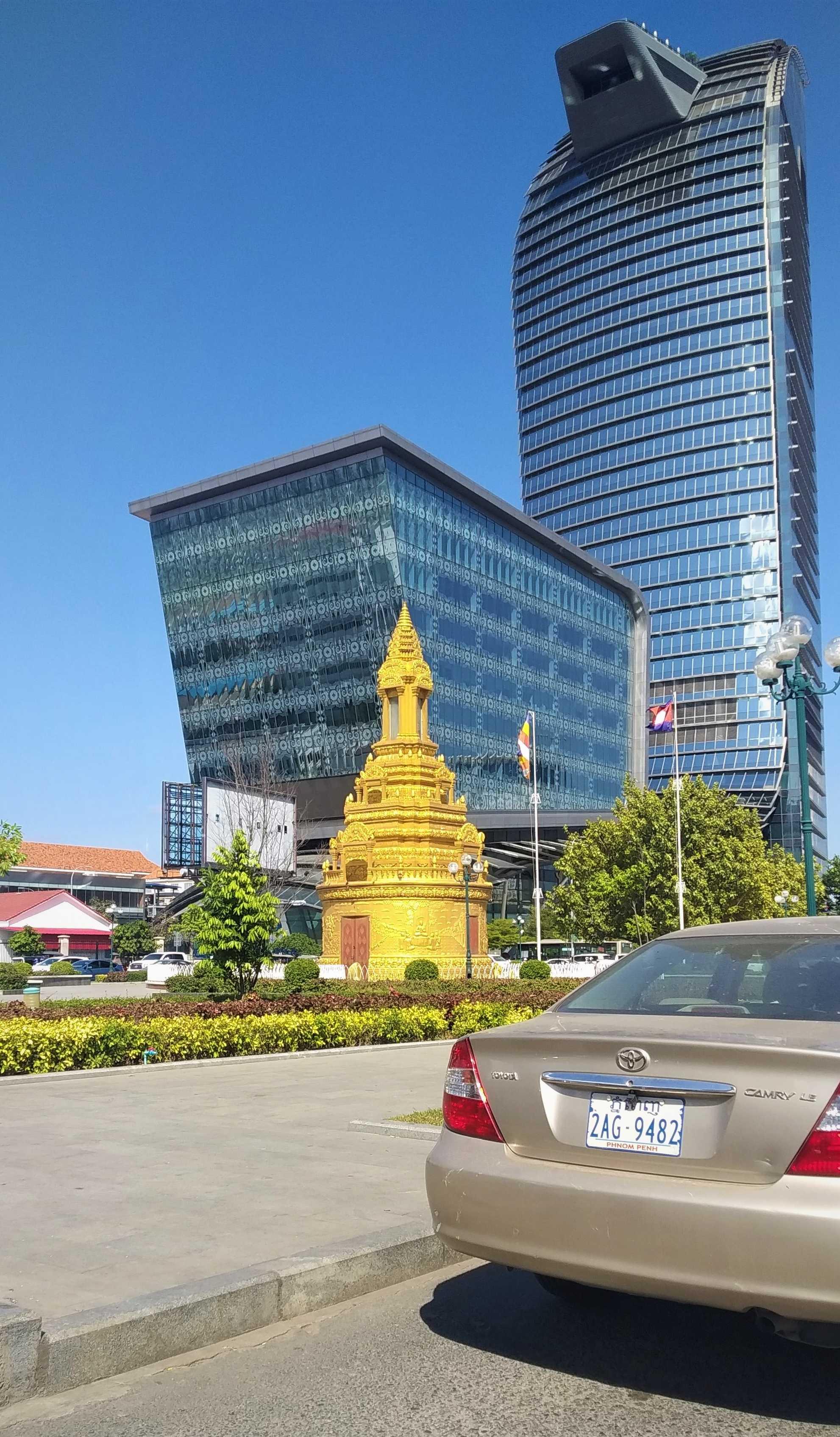 Столица Камбоджи, особенно центр города, изменяется столь бурными темпами, что городской ландшафт начинает напоминать очертаниями бизнес-успешные Сеул, Сингапур, Куала-Лумпур…
