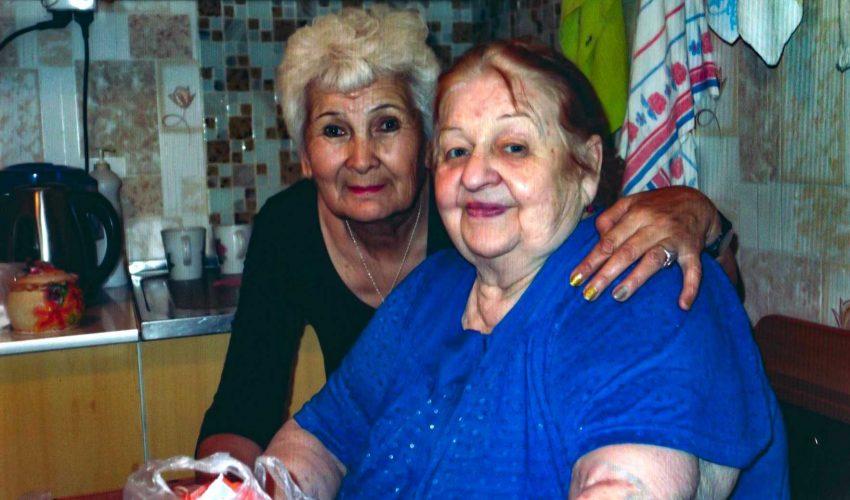 Зинаида Анатольевна с подопечной бабушкой, которой помогает уже на протяжении нескольких лет…