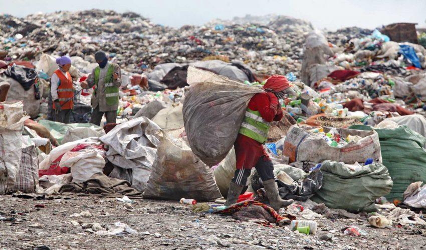 Потерявшие все кыргызстанцы ищут пропитание даже на мусорных полигонах…