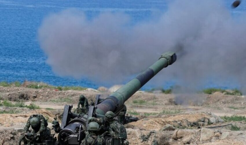 FILE PHOTO: Soldiers fire an 8 inch (203 mm) M110 self-propelled howitzer during the live fire Han Kuang military exercise, which simulates China's People's Liberation Army (PLA) invading the island, in Pingtung, Taiwan May 30, 2019. REUTERS/Tyrone Siu/File Photo