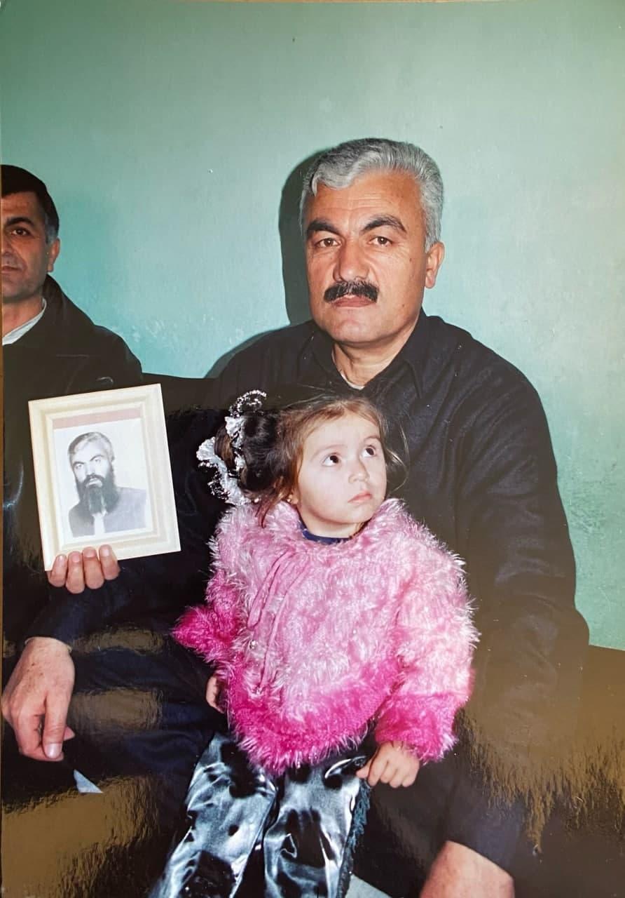 Этот житель Кабула демонстрирует свой портрет с бородой, которую он вынужден был носить все шесть лет при режиме талибов. «Как только их свергли, я в тот же день, наконец, побрился!», - смеется он.