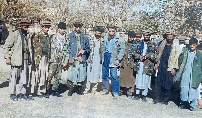 На снимке наш собеседник Эрлан Сатыбеков с бойцами Северного альянса, которые вместе с силами ISAF вели бои с талибами.