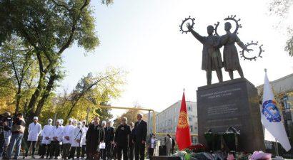 В Бишкеке открыли памятник медикам, погибшим в пандемии COVID-19